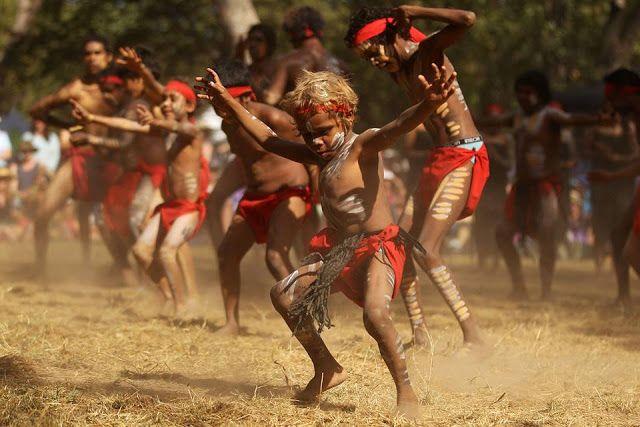 Dança do Fogo, uma dança tradicional aborígene da Austrália, apresentada no Festival de Dança Aborígene de Laura, realizado em Laura, estado de Queensland, Austrália. Este festival é uma celebração de dança e cultura aborígenes que acontece bienalmente na Península de Cabo York, no local de um terreno tradicional de Bora que é sagrado para a comunidade aborígene e rodeado por algumas das mais antigas artes rupestres do mundo.  Fotografia: Mark Kolbe / Getty Images.