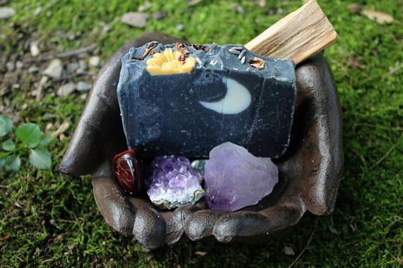 ¿Por qué no añadir un poco de limpieza de alma a tu ritual diario? ¡Después de todo eres una diosa! Nuestro jabón de flor luna se nombra después de la luna llena de mayo. Lunas llenas tienen una manera de lavar lejos la energía negativa para dar lugar a energía positiva. Con esto en mente, he creado un aceite esencial de lavanda lujosa y carbón de leña mezcla Luna jabón. Rematado con brotes de lavanda, pétalos de rosa y jabones de flores pequeño para aprovechar el poder de la flor.  Lavanda…