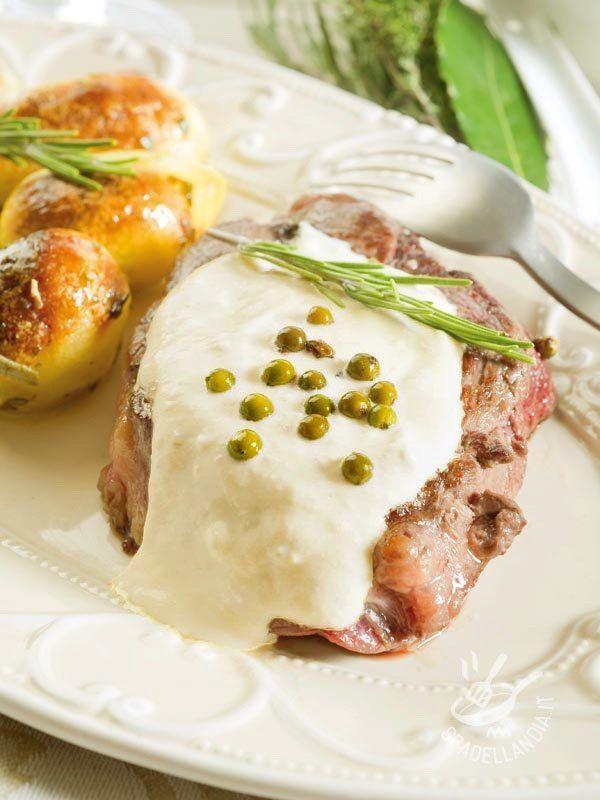 Tenderloin with green pepper - Facile e dalla preparazione abbastanza veloce il Filetto di manzo al pepe verde è un piatto tradizionale ma raffinatissimo per chi ama variare il menu. #filettoalpepeverde