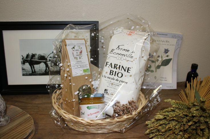 Un coffret miam et bio pour Noël! La Ferme de Bonneville vous propose un bon mélange: de la farine, de la tisane et du miel de bourrache, le tout pour 18€