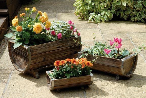 Macetas con barriles de vino para tu jardín