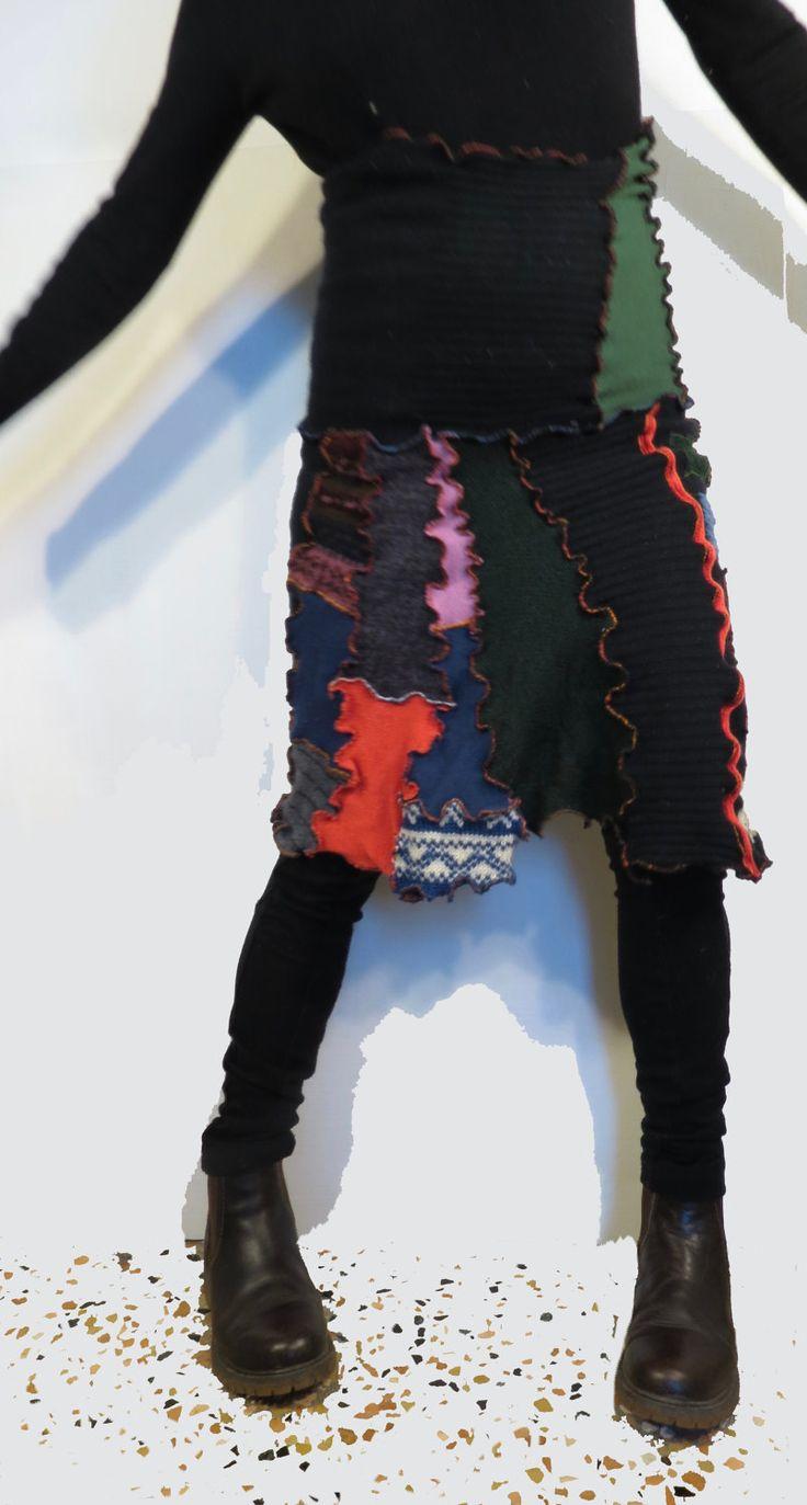 gonna lana upcycled,gonna patchwork,mantella lana bohemien,scialle lana riciclata,copri spalle verdone nero,abbigliamento funky di decorandom su Etsy
