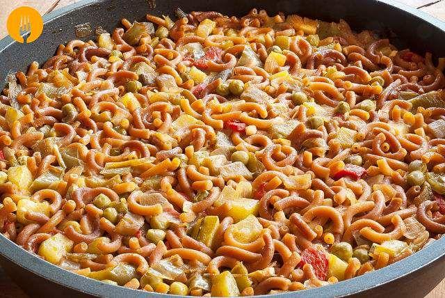 Receta para hacer fideuá de verduras En la receta de hoy os enseñamos a preparar una versión 100% vegetal de la tradicional fideuá de marisco, plato marine