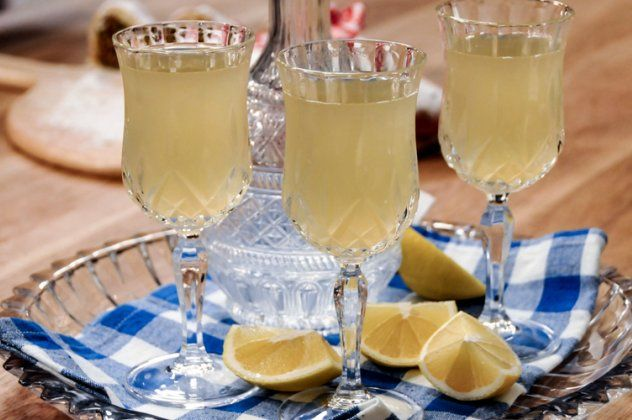 Εκπληκτικό ποτό από τον Άκη Πετρετζίκη - Πικάντικη λεμονάδα με ρούμι   eirinika.gr
