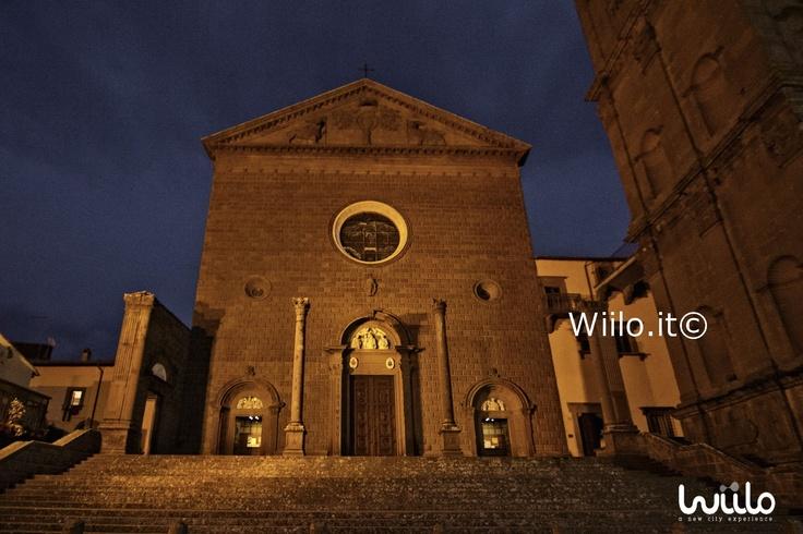 In stile rinascimentale questa chiesa è stata costruita fra il 1470 e il 1525 circa. Fuori è presente una scalinata di 16 scalini con due colonne su cui poggiava un portico.  La facciata è opera di Carlo di Mariotto e di Domenico di Iacopo da Fiorenzuola.   Il centrale dei tre portali che ornano la facciata è opera di Giovanni di Bernardino da Viterbo, mentre i laterali sono opera di Domenico da Fiorenzuola.   ....leggi ancora