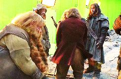 (gif) Bilbo slapping Kili and Thorin in the background laughing. --- LOL!!! XD what even?! Stop Bilbo stop this!