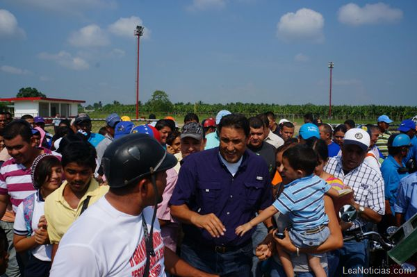 Pablo Pérez entregó 130 becas universitarias en Catatumbo - http://www.leanoticias.com/2012/12/11/pablo-perez-entrego-130-becas-universitarias-en-catatumbo/