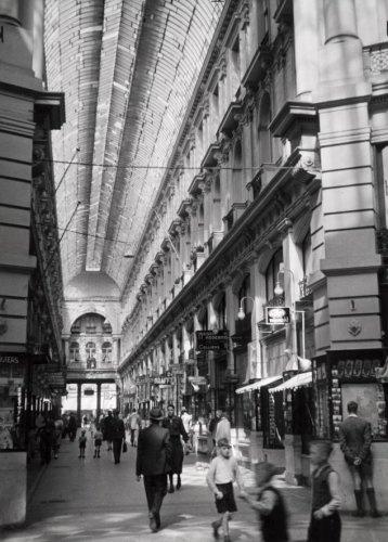 Tweede Wereldoorlog. Nederland. Den Haag. Winkelend publiek in de Haagse Passage - een overdekte winkelgalerij. 4 augustus 1942.