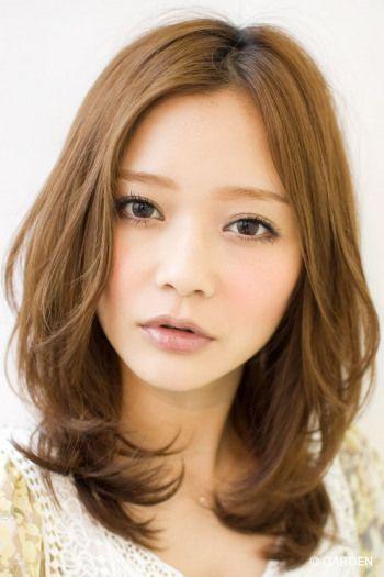 前髪があるのとないの自分ならどっちが似合うか悩んだことありませんか?前髪のあるなしは、相手に与える印象を大きく変えるものですよね。自分に似合うのがどちらか、そして男性は前髪にどんな印象を持っているかを知り、参考にしてみましょう♪ 顔の輪郭が前髪が似合うか決める 出典:ameblo.jp輪郭には色々な種類があります。大きく分けると4つ。左から丸型、卵型、逆三角型、次は四角型ですが、その隣のベース型に分類して4つ。まずは自分の輪郭がどれに近いかを確認しておきましょう。 前髪ありが似合う人 出典:imgcc.naver.jp輪郭が面長の形で、卵型、逆三角型の人に相性がいいといわれています。おでこが狭い人は前髪との相性がよく、小顔に見せたり、目の大きさを際立たせてくれるのでオススメ! 日本人の女性の多くは面長の顔が多いといわれています。この輪郭の人は大人っぽく輪郭のせいで見られることが多いので、前髪で少し幼さを出して、実際の年齢に近づけてあげると良さそう!…