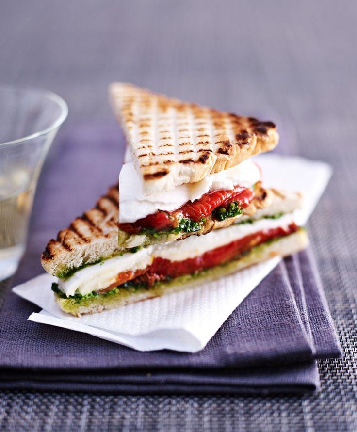 Tomaten-Mozzarella-Sandwiches - smarter - Zeit: 25 Min. | eatsmarter.de