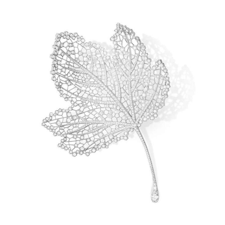 Boucheron Joaillerie - collection Hiver Impériale - FEUILLE - Broche sertie d'un diamant ovale de 0,55 ct, pavée de diamants, sur or blanc.
