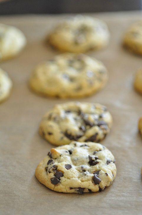 """Lorsque j'ai vu la recette de cookies d'Isa qu'elle appelle les """"parfaits biscuits aux pépites de chocolat"""" je l'ai mise de côté pour la tester plus tard. Je peux vous assurer que le """"plus tard"""" n'a pas duré longtemps, parce que trois jours après ils..."""