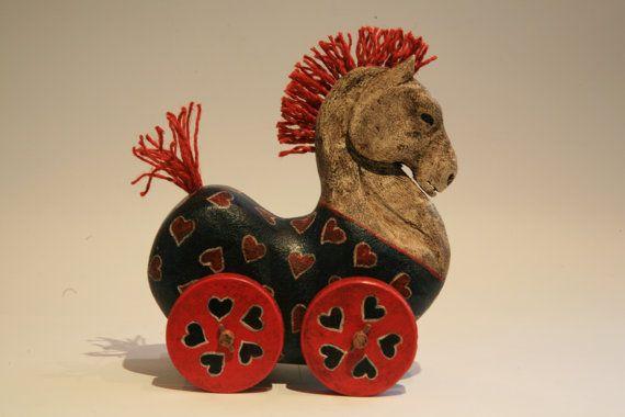 Коллекционная фигурка лошадь резная деревянная игрушка с колесами