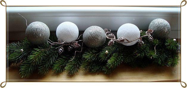 Eine tolle Weihnachtsdekoration nicht nur wie abgebildet für die Fensterbank, sondern für viele Deko-Ideen. Sie besteht aus einem ca. 52 cm langen Stück Tannengirlande (Kunststoff) mit kleiner...