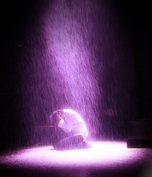 What a beautiful Picture of Mika on stage with all the rain! :))