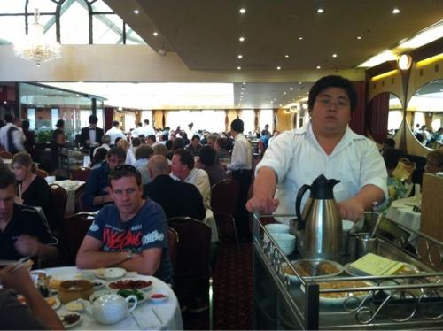 """Den asiatiska matkulturen i Australien är jättegod eftersom det ligger så nära Asien. Yum Cha är som en slags buffe där servitriserna kommer med alla alternativ och du bara säger """"ja, tack"""" eller """"nej, tack"""". Det du äter kryssar de av på en lista och du får sedan betala, jättepopulärt. Och gott! Yum Cha, China Town, Sydney"""