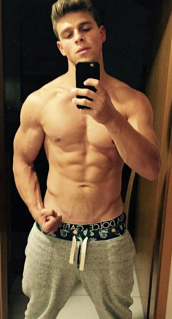 hot-naked-muscular-guy-selfie
