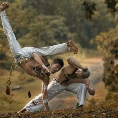 Beautifully shows the point of capoeira - one attacks the other withdraws