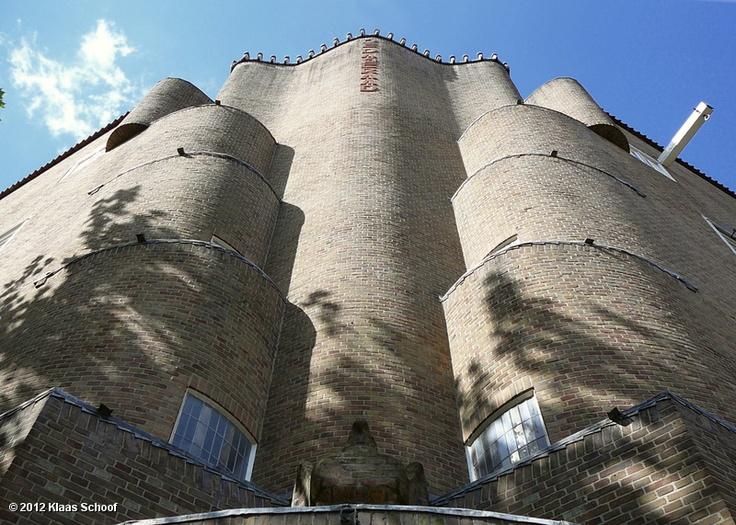 Ten noorden van het Amstelkanaal werd begin jaren twintig in opdracht van woningbouwvereniging De Dageraad een wooncomplex gebouwd waar de Amsterdamse School architecten Piet Kramer en Michel de Klerk de opdracht toe hadden verkregen. Hier de hoek Burgemeester Tellegenstraat/P.L. Takstraat met de toren die Piet Kramer ontwierp.