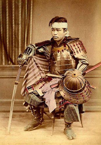 明治時代初期の武士(頭髪を見ると髷を落としているのでコスプレかもしれない)