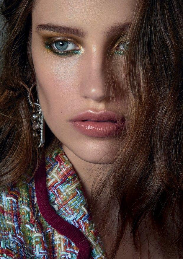 """korkmadan Rengarenk """"Bu bakış deri ve doğal dudaklarına bir meslektaşı olarak, göz rengi ve heyecana var"""" makyaj sanatçısı diyor Cris Biato ."""