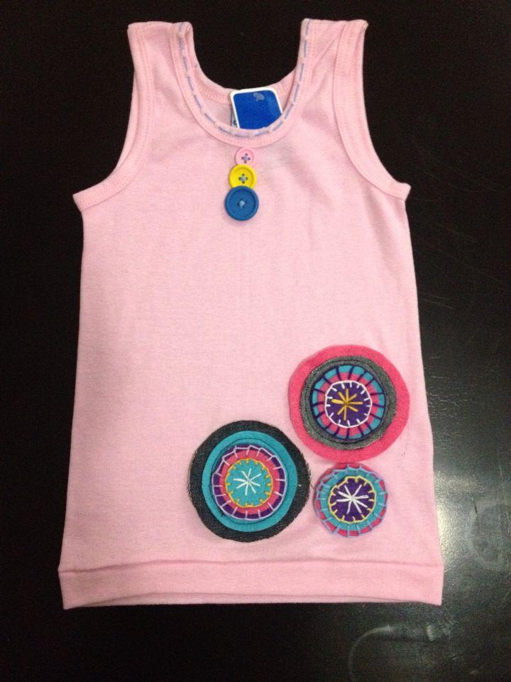 Franelilla decorada en fieltro y tela, botones