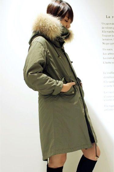 予約M65 モッズコート  予約M65 モッズコート 73440 お届け予定11月中旬 限定数量に達し次第締め切りとなります 女性らしく着こなしたい大人のモッズコート 絶妙なオーバーサイズ感で肩が少し落ちる具合が大人っぽいラフさを感じさせます キルティングのライナーは袖付き 一般的にベスト型が多いライナーですが袖があるだけで非常に暖かく防寒面もバッチリです コートの袖はロールアップできるように長めの丈に設定していてロールアップしても袖口からライナーは見えないようになっています ロールアップしたらアクセサリーを覗かせるのもおすすめです そしてとても暖かい首元のラビットファー 首前のボタンを留めて首を埋もれさせるように着ても可愛いです フードにはボリューミーなラクーンファーを フード部分にワイヤーも入っているのでフードが垂れ下がることなく綺麗に立ち上がります 首元のファーもフードのファーもどちらも取り外しが可能 もちろんライナーも取り外せます ナイロン製のとても軽い着心地なのにしっかりとした防寒防風性を携えたモッズコート…