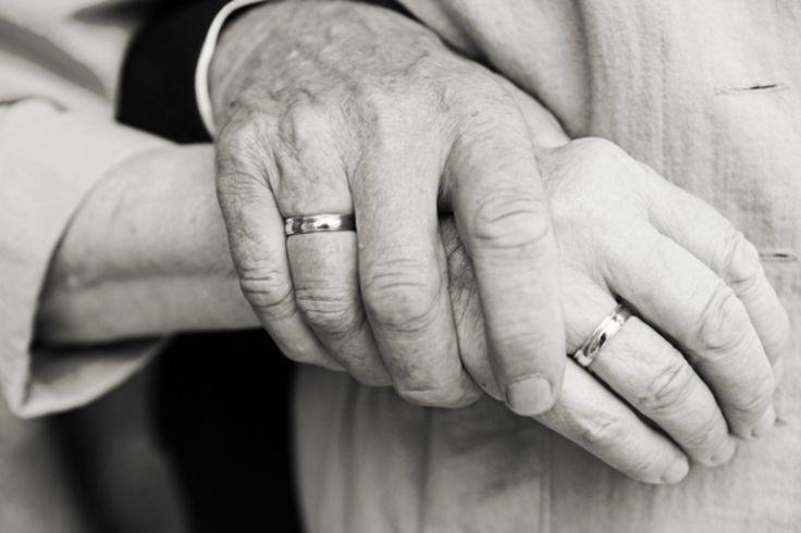 A tragédia chocou a China. Um casal de idosos foi achado morto após um incêndio devastar a casa onde moravam. Os velhinhos, chamados apenas pelo site de notícias Shanghaiist de senhor e senhora Zhu, tinham 85 anos. Os bombeiros encontraram os corpos deitados sobre a cama, de mãos dadas