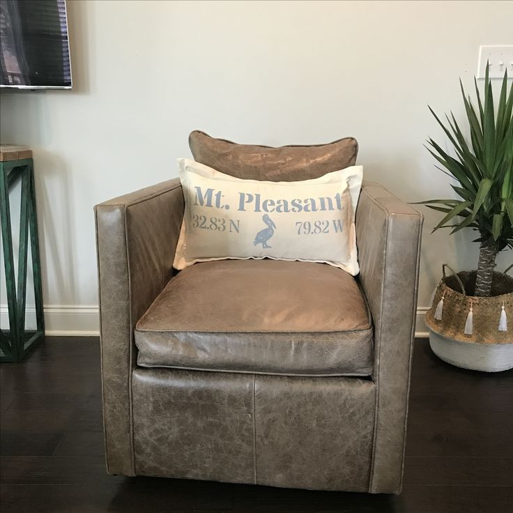 Coordinate pillow @lowcountrylinens  Leather swivel chair @celadonhome #tasselbasket #tasselbellybasket #interiordesign #livingroomdesign @kaylansellscharleston
