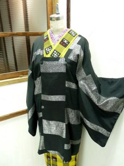 黒に銀のラメ糸で織り出された段違いのボーダーデザインがスタイリッシュな道行コートです。