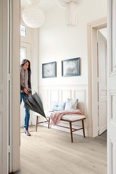 Vinylová podlaha je odolná proti poškrábání, nárazům a nevadí jí ani voda. Snadno se udržuje a nabízí nepřeberné dekory dřevin a barevných odstínů.