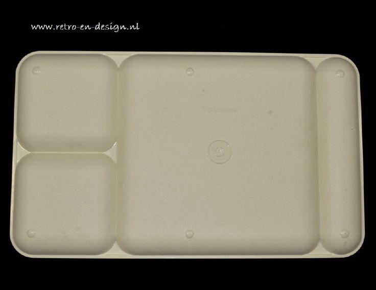 Vintage Tupperware serveerblad, dienblad, eetplatteau  Wit Tupperware dienblad met vier verdeelvlakken. Voor het serveren van het voorgerecht, bijgerecht, dessert. Met apart gedeelte voor mes en vork. Ideaal voor een snelle hap voor de TV, ontbijt op bed. zie: http://www.retro-en-design.nl/a-41937150/tupperware/vintage-tupperware-serveerblad-dienblad-eetplatteau/