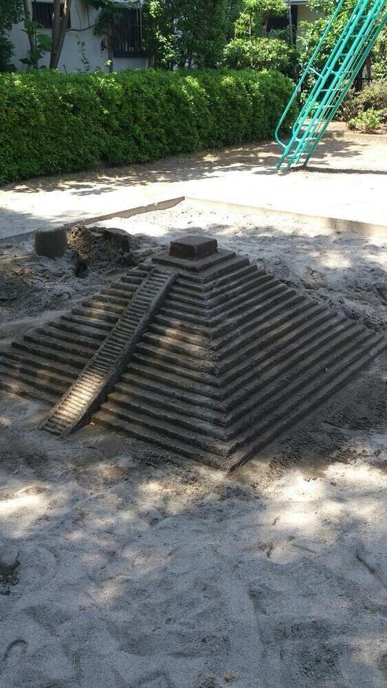 誰ですかww子供の遊び場で本気出したのw / Ruins appeared in the sandbox for the kids! - Twitter@Bluewater_04