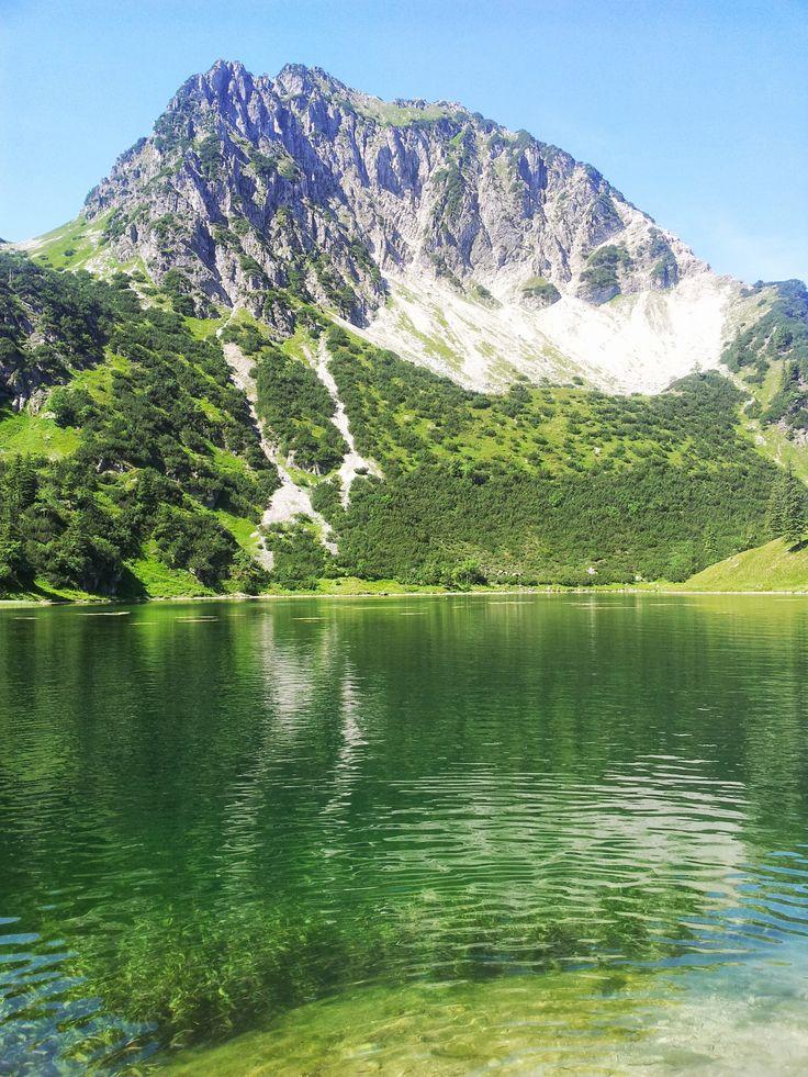 Da möchten wir unbedingt mal zum #Wandern hin: Gaißalpsee mit dem Blick aufs Rubihorn in den Allgäuer Alpen.