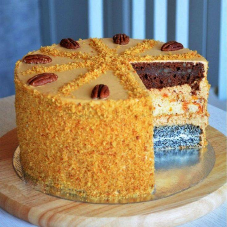 """Tortul """"Capriciul Doamnei"""" este un desert fenomenal, potrivit pentru orice ocazie. Echipa Bucătarul.tv vă recomandă cu o deosebită plăcere acest tort incredibil de delicios și apetisant, care va impresiona atât prin gustul său inconfundabil de aromat, cât și prin aspectul plăcut și atractiv. Acest minunat desert, cu straturi multicolore, sigur va fi în centrul atenției …"""