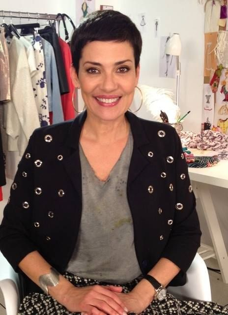 """Christina Cordula pour l'émission """"Les Reines du Shopping"""" porte un pull sequins dorés Avant Toi et T-shirt Amy Glenn, tous les deux chez L'Eclaireur"""