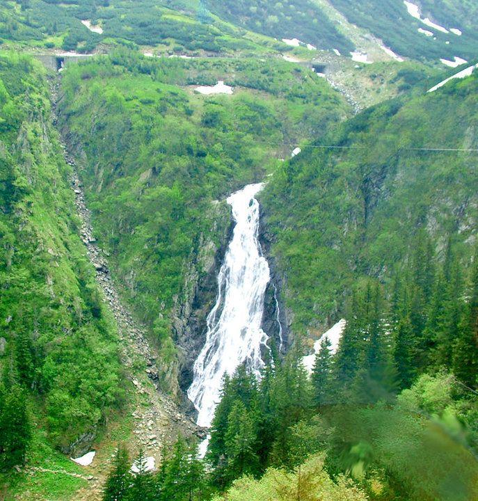 Cascada Balea. Situata in masivul Fagaras intre varfurile Moldoveanu si Negoiu, ramne cea mai renumita cascada la peste 1200 m altitudine, are o cadere de 60 m si marcheaza treapta inferioara a circului glaciar Balea.