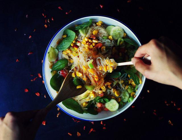 Стеклянная лапша из бобовой муки с кукурузой и имбирным соусом