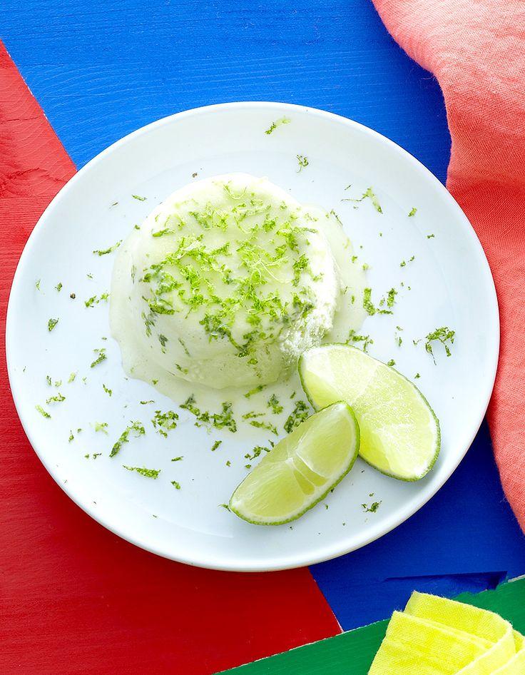Recette Soufflé glacé à la Chartreuse : Fouettez 15 cl de crème liquide entière jusqu'à ce qu'elle soit ferme.Portez à ébullition 5 cl d'eau avec 50 g de sucre. Fouettez 4 jaunes d'oeuf, versez dessus ce sirop brûlant en filet et continuez de battre jusqu'à ce que le mélange soi...