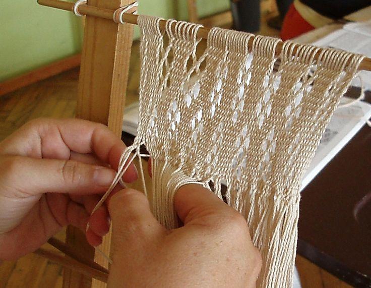 Vzdělávací spolek uměleckých řemesel-Krosienky  Pletenina, tkanina či krajkovina, která se vytváří na rámu křížením osnovních nití pomocí prstů. Textilie je oboustranná, vzory se tvoří barevným snováním či strukturou.