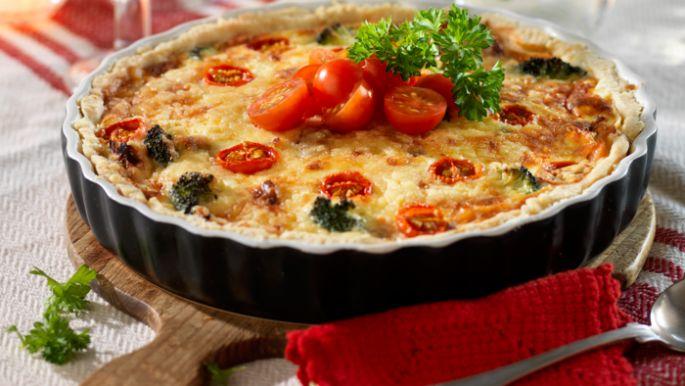 Paj är enkel och god mat som går att variera i det oändliga. Här hittar du lättlagade och tydliga recept påbåde mat- och efterrättspajer. Baconpaj i långpanna, smulpaj med hallon, färskpotatispaj, kyckling- och fetaostpaj, smördegspaj med sparris och mazarinpaj med smultäcke är några exempel på goda recept!