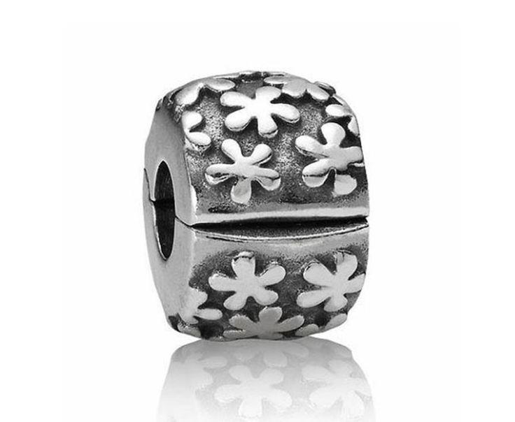 Zilveren Pandora Clip-stopper met bloemen 790533. Deze clip met bloemexplosie is versierd met bloemen van geoxideerd zilver. Het is een zeer veelzijdige clip-stopper die prachtig zal staan bij jouw andere favoriete Pandora-bedels.