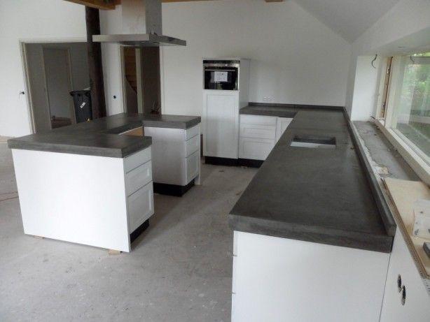 Witte keuken met betonnen aanrechtblad, wel wat donker beton. Foto van Thuisbeton.