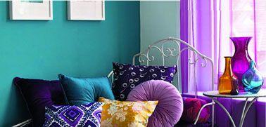 Salon peinture couleur bleu vert coussins rideaux violet - Peinture salon violet ...