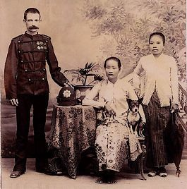 Indonesia ~ Dutch East Indies (Indonesia): Fuselier KNIL met echtgenote en baboe – Foto: Bronbeek