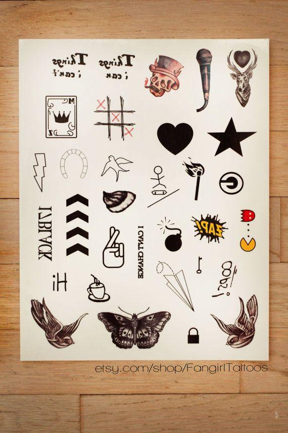 ¡Miniatura una dirección había inspirada tatuajes temporales!  ¿Has visto alguna vez un paquete de tatuajes temporales de una sola dirección y pensar WOW, estas me encantan, pero deseo vendían los tatuajes que tienen los muchachos? Bueno, toma asiento porque tus sueños están a punto de hacerse realidad!  El 8.5x11 hoja viene con 32 tatuajes temporales de la miniatura e incluye lo siguiente: -Cosas que puedo (Harry) -Cosas que no puedo (Harry) -Estrella (Harry) -Corazón (Harry) -Green Bay…