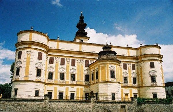 ZÁMEK MARKUŠOVCE Výstavba Markušovského zámečku spadá do roku 1643 a váže se ke jménu František Máriássy, který ho dal postavit v renesančním slohu. Rokoková přestavba je z let 1770 - 1775, kdy se stal majitelem Wolfgang - Farkaš Máriássy.Původně renesanční zámek z r. 1643, později přestavěn v rokokovém slohu, situovaný ve francouzském parku, kde je i letohrádek. Od r. 1959 slouží jako muzeum historického nábytku.