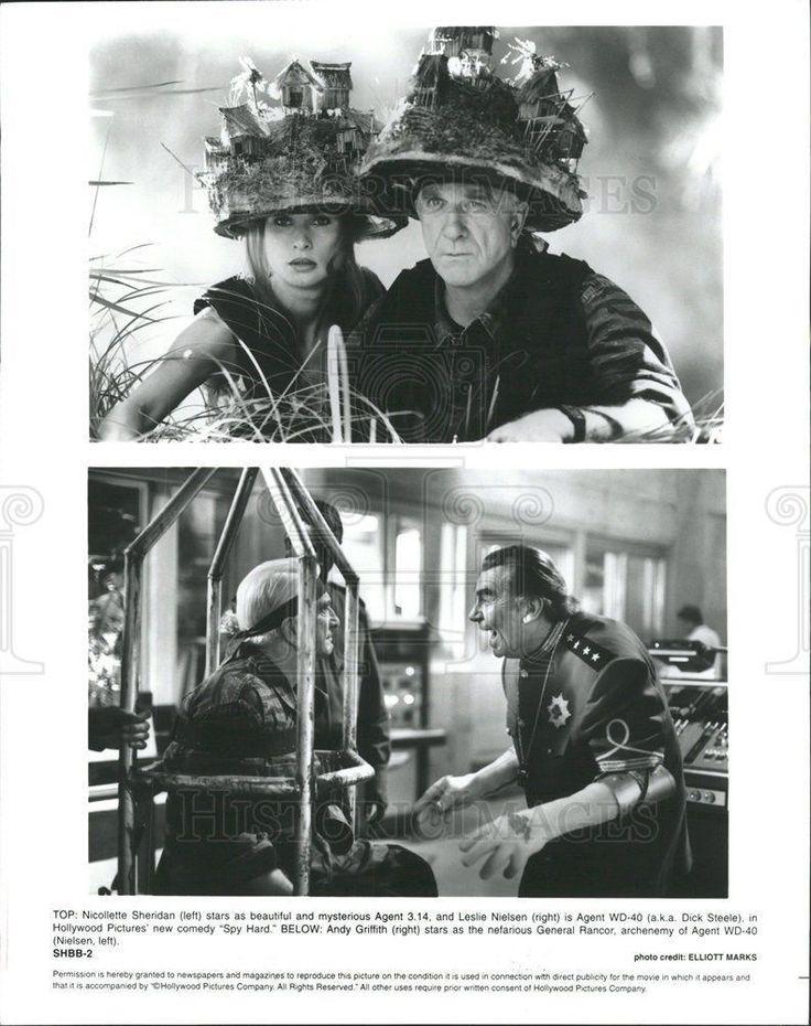 """1996 Press Photo Nicollette Sheridan Leslie Nielsen in """"Spy Hard"""""""