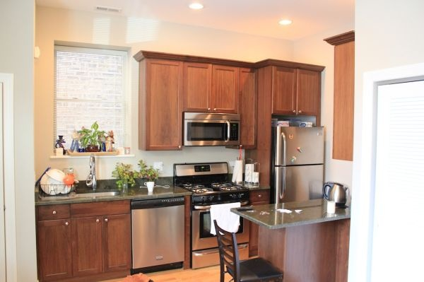 $1400 / 2br - 900ft² - Walk to Dominick's from Sunny Apt w ...