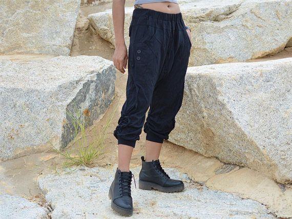 Noos new design Pantaloni Harem, Pantaloni Hippie, Pantaloni Yoga, fatti a mano, taglio profondo, Design unico fatto a mano Harem pantalone per uomini e donna in un design unico Pantalone unisex Harem, realizzato artigianalmente con cotone cadavere ---- Questo pantalone è 100% handmade ---- ---- Basic è un cotone cadavere Facile da indossare e molto comodo in tutte le situazioni. La scelta migliore per viaggi, sport, yoga o semplicemente per rilassarsi. Questo pantalone Harem ha le s...